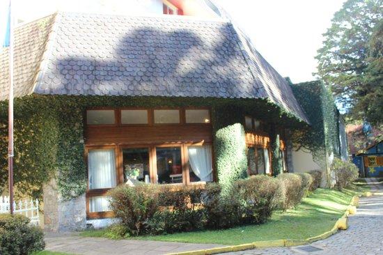 Hotel Continental Canela: Vista externa do salão de café da manha