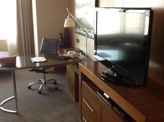 Four Seasons Hotel Riyadh at Kingdom Centre: desk and LCD