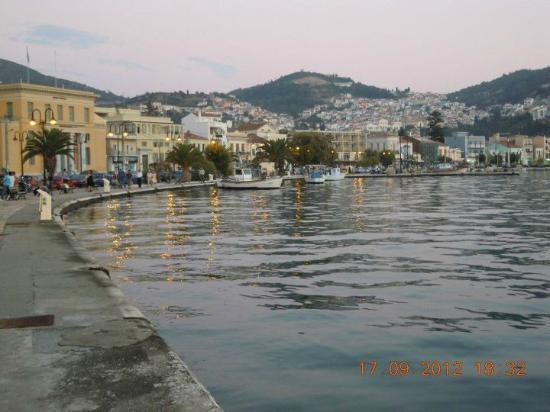 Aeolis Hotel: Vy från hamnen utanför Hotellet.