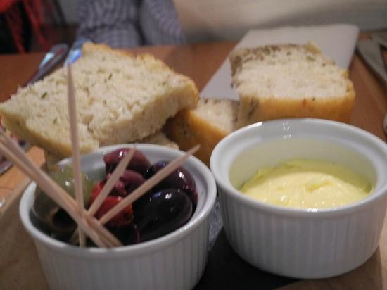Bistro Bermo: Fresh bread olives and salted butter