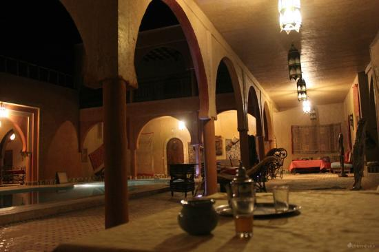 Guest House Merzouga: Chiostro della piscina, il tea di benvenuto