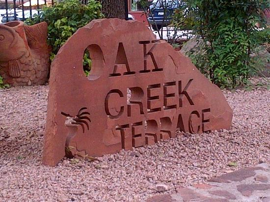 Oak Creek Terrace Resort: Rock garden in front