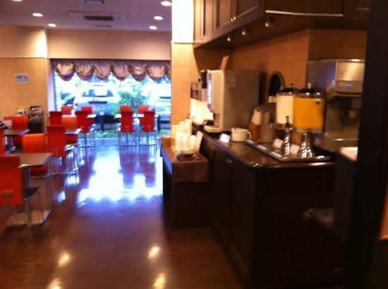Hotel Sealuck Pal Sendai : フロント前の朝ごはん会場 朝は6時から