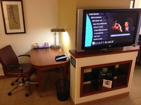 Hyatt Place Busch Gardens: TV and desk.