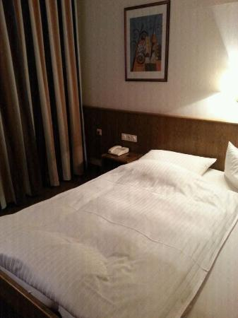 Mittwald Hotel And MCM Restaurant: hotel bed