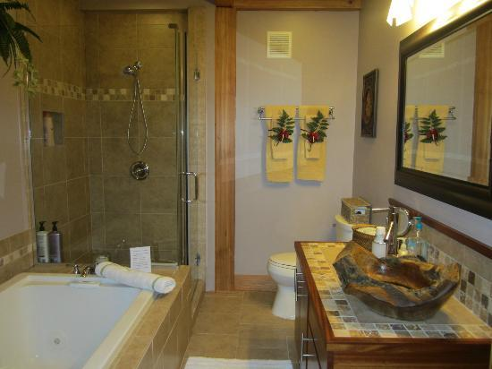At the Craters Edge: Bathroom of Nahelani suite