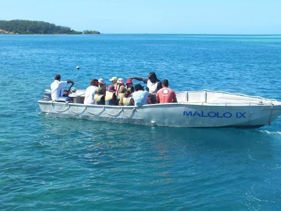 Malolo Island Resort: The kids club heading off to a glass bottom boat!