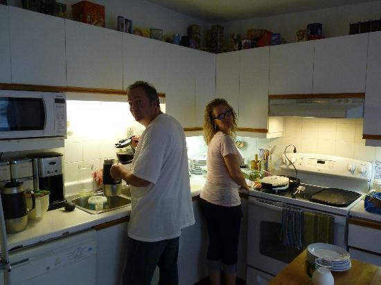 A l'Adresse du Centre-Ville: Robert et Nathalie dans la cuisine