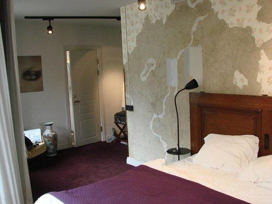bedroom leading to main bathroom bild fr n story hotel riddargatan stockholm tripadvisor. Black Bedroom Furniture Sets. Home Design Ideas