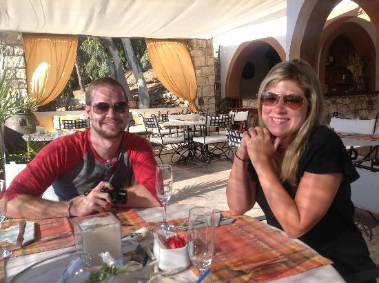 Petra Hotel & Suites: Friend's at breakfast