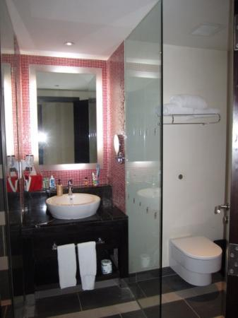 Resorts World Sentosa - Festive Hotel: the bathroom