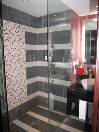 Resorts World Sentosa - Festive Hotel: shower