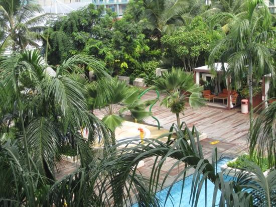 Resorts World Sentosa - Festive Hotel : swimming pool, got children area too