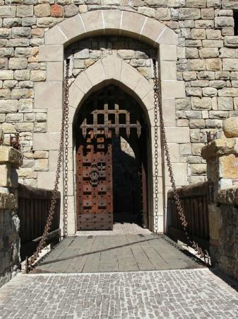 Castello di Amorosa: Drawbridge gate