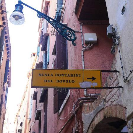 Alloggi alla Scala: sign leading to inn's location