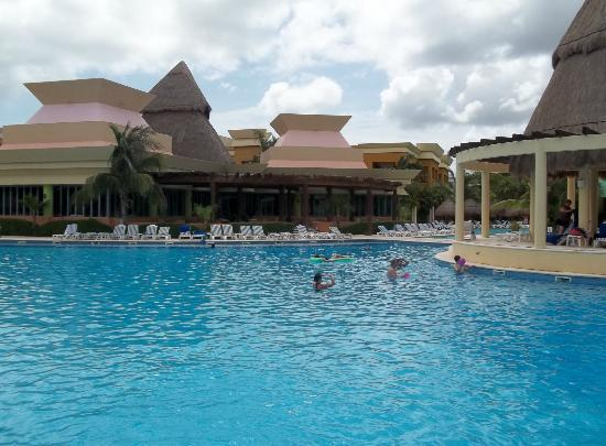 Iberostar Paraiso Lindo: Playing at the pool