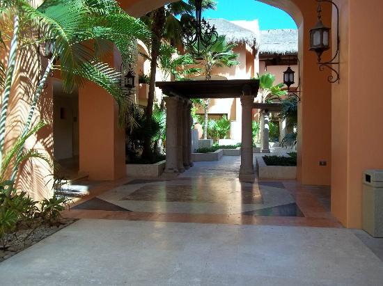 Iberostar Paraiso Lindo: Walkway through hotel