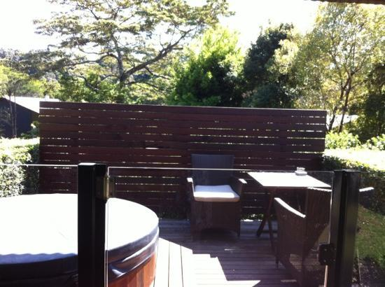 Spicers Tamarind Retreat: private deck with hot cedar tub... beautiful.
