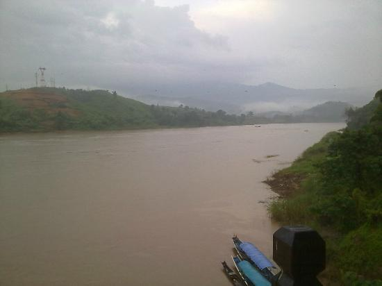 Riverside Houay Xai: The view up the Mekong from room 204
