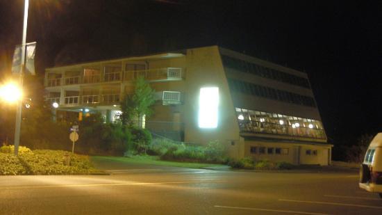 North Shore Inn: Hotel at night...