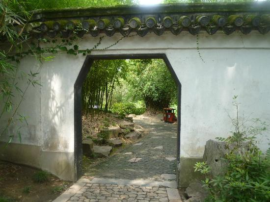 Qiuxiapu Park : 入り口 庭園は塀で囲まれています