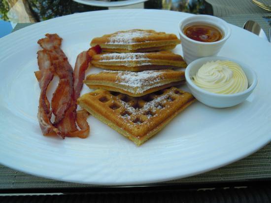 Asya Premier Suites: 朝食のワッフル