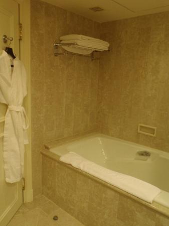 The Sherwood Taipei: bath tub