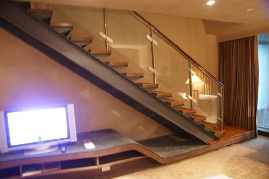 Tempus Hotel Taichung: Staircase to the upper level
