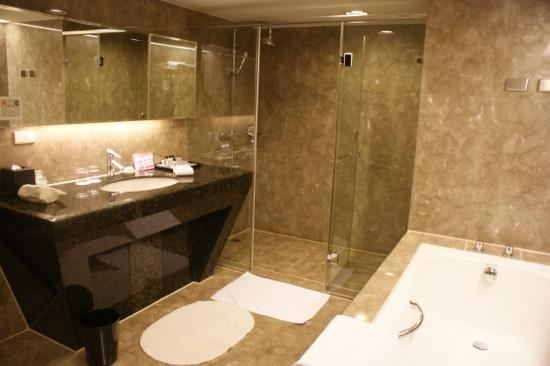 เทมปัส โฮเต็ล: Spacious toilet on the upper level of the quadruple penthouse room