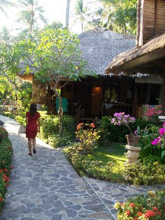 Puri Mas Boutique Resort & Spa: Sexy lady walking on PuriMas Resort pathway