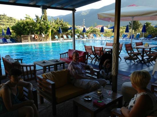 Koukounaria Hotel: pool bar with friends
