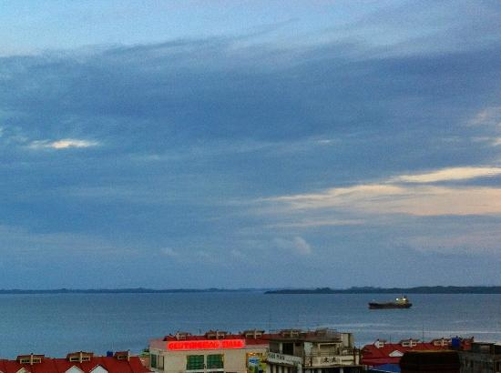 Hotel Sandakan: Sunset over the harbour is beautful
