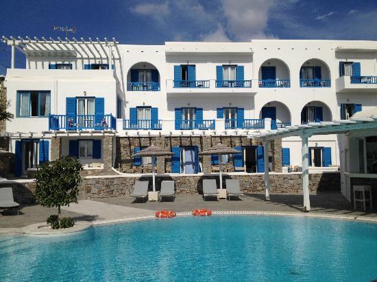Argo Hotel Mykonos: L'espace piscine-détente devant l'hotel