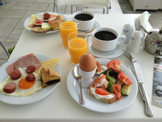 Argo Hotel Mykonos: Le petit-déjeuner servi au bord de la piscine