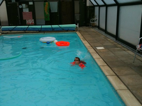 Court Farm Holidays: Swimming pool