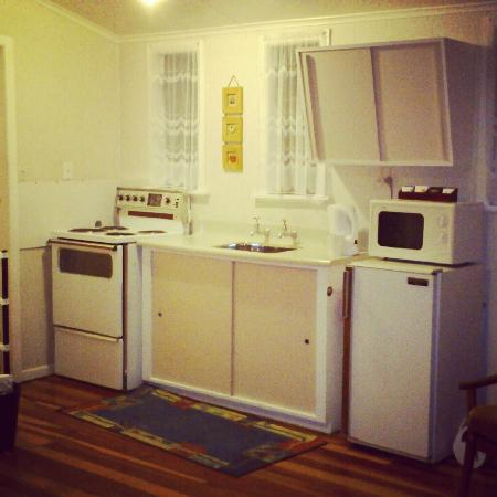 Rainbow Motel : Small functional kitchen