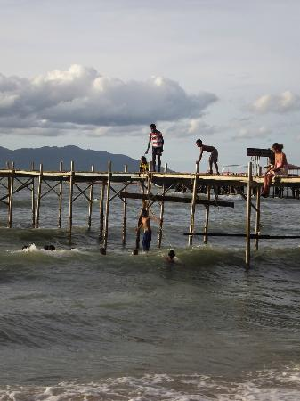 Secret Garden Beach Resort: Local children jumping off pier.