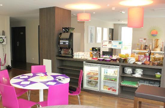 Ibis Styles Compiegne: Breakfast layout (hot drinks, hams, cheeses, fruit, bakery, etc)