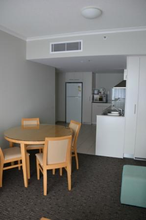 Mantra Twin Towns: Kitchen and Dining area
