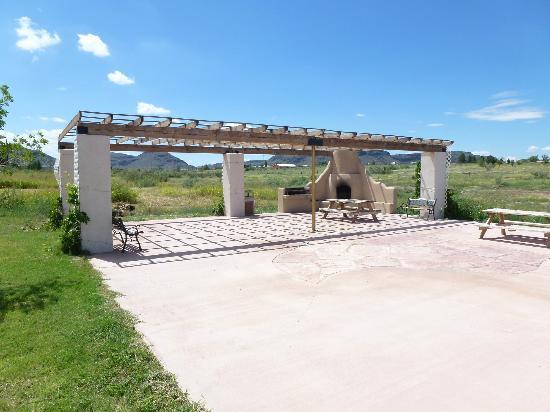 """Hampton Inn Alpine: Wonderful patio w/fireplace (Mgr. says """"no firewood"""")"""