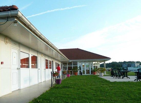 Fasthotel Well inn : Les chambres, l'accueil et la terrasse