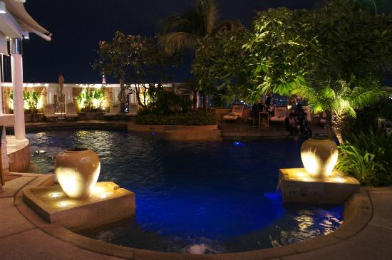 InterContinental Bangkok: 夜のプールです。