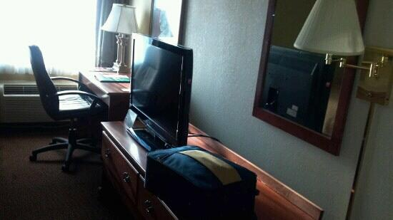 Quality Inn & Suites: TV