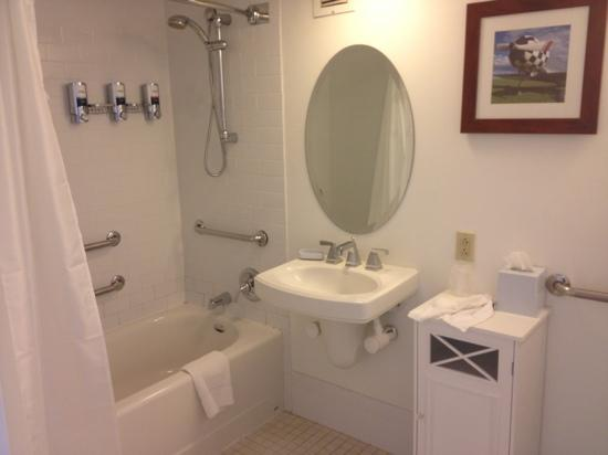 Four Points by Sheraton Philadelphia Airport: large, clean bathroom