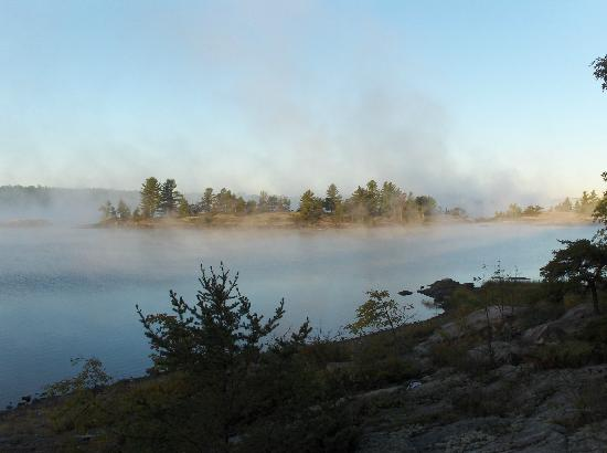 Red Lake, Canadá: morning mist on the river, seen only in September