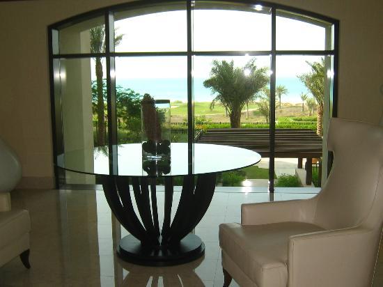 The St. Regis Saadiyat Island Resort : couloir qui mène aux chambres