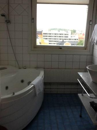 Elite Grand Hotel Norrkoping: The bathroom with jaccuzzi