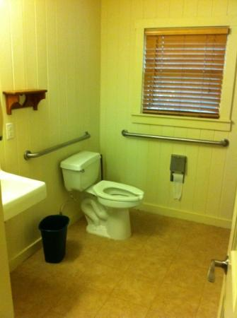 Village Creek State Park: cabin bathroom