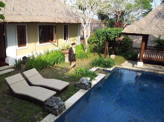 Villa Kharista: Poolbereich von der Terasse aus