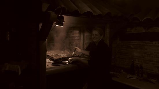 La Taverna dei Briganti: la signora Federica mentre cucina la carne alla brace...mi sembra di sentire ancora quei profumi